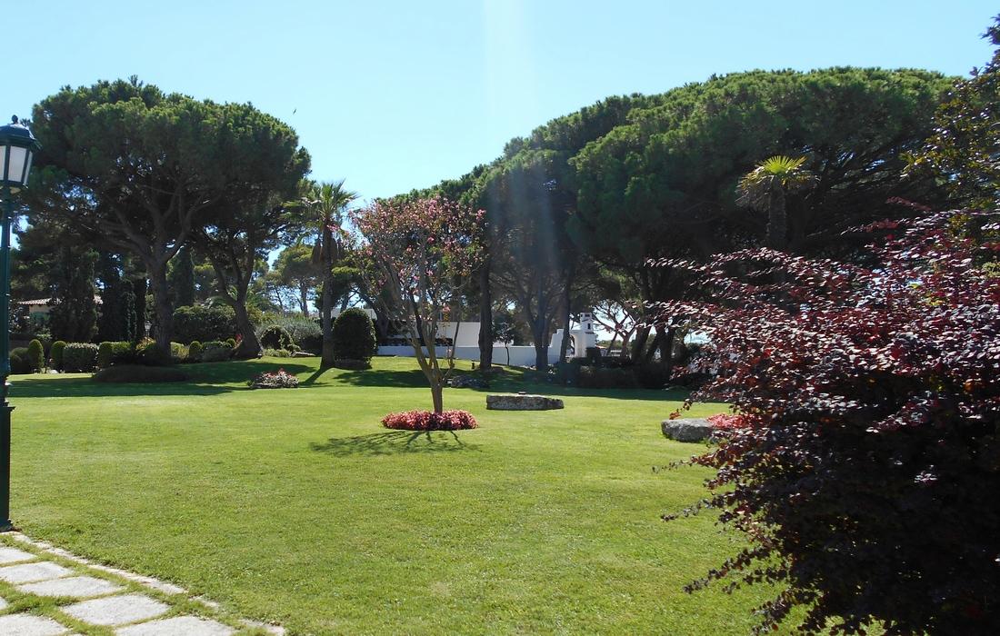 Территория отеля Hostal De La Gavina