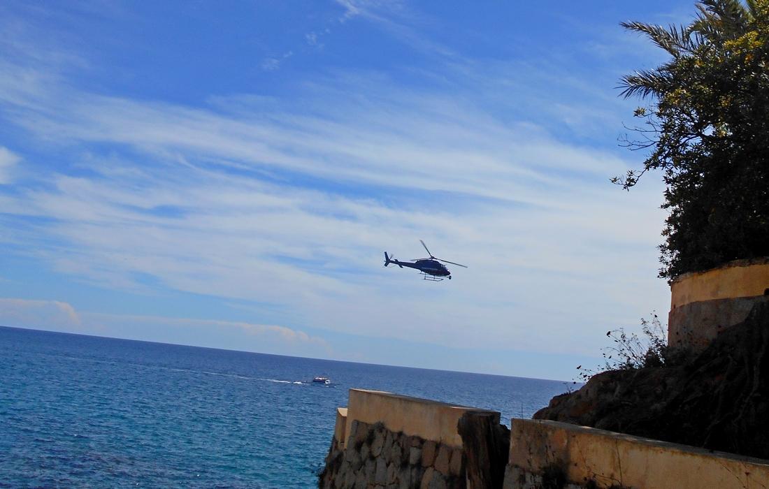Вертолет над набережной в Сагаро