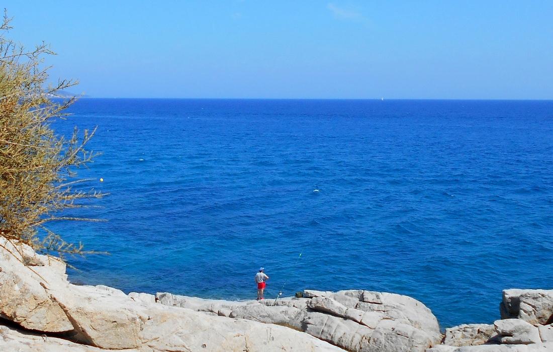 Рыбак на берегу Средиземного моря