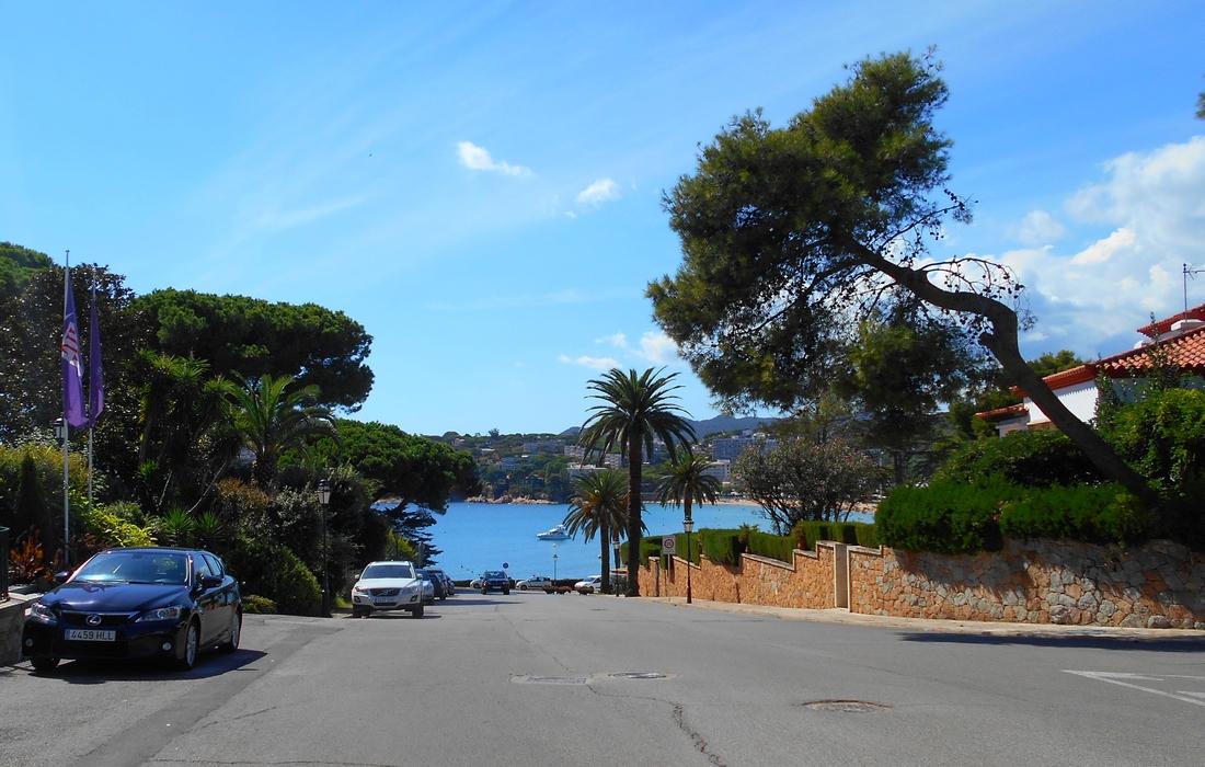 улица от пляжа к отелю De La Gavina