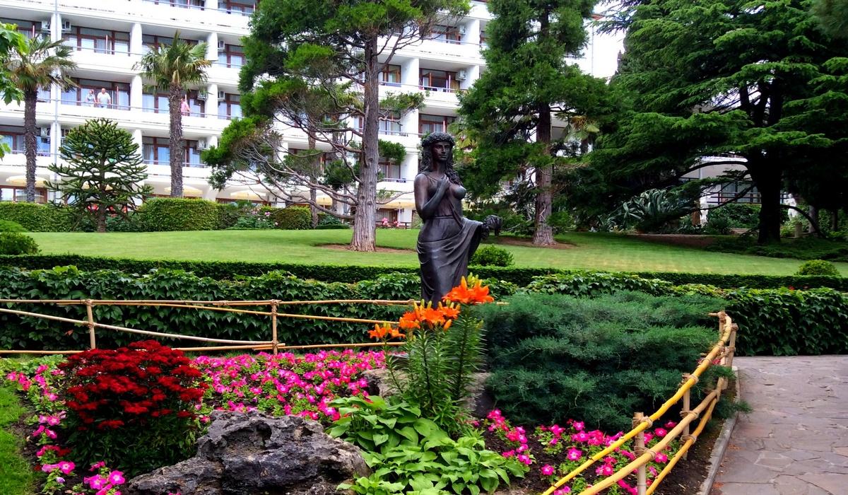 Сад «Весна» - скульптура богини Флоры