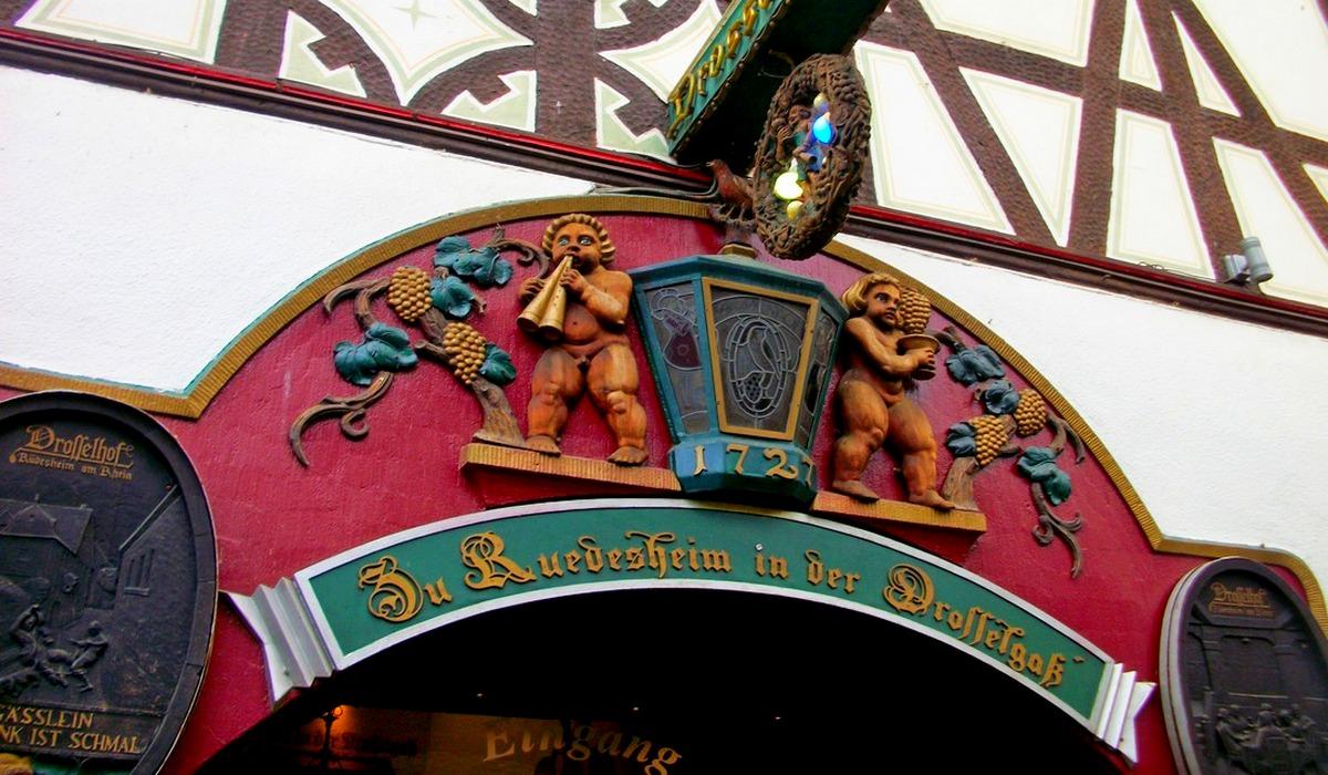 Вывеска над старейшей винодельней города на улице Дроссельгассе