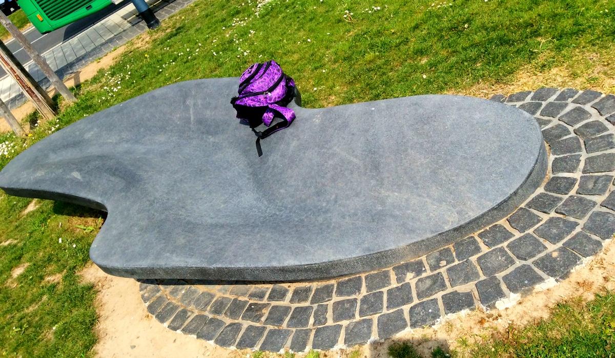 каменный лежак на берегу Рейна