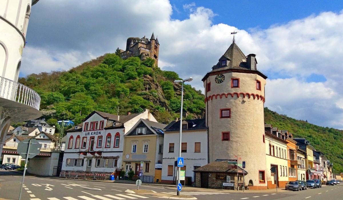 замок Катц вверху