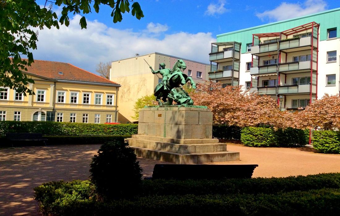 Памятник Святому Георгию, убивающему дракона