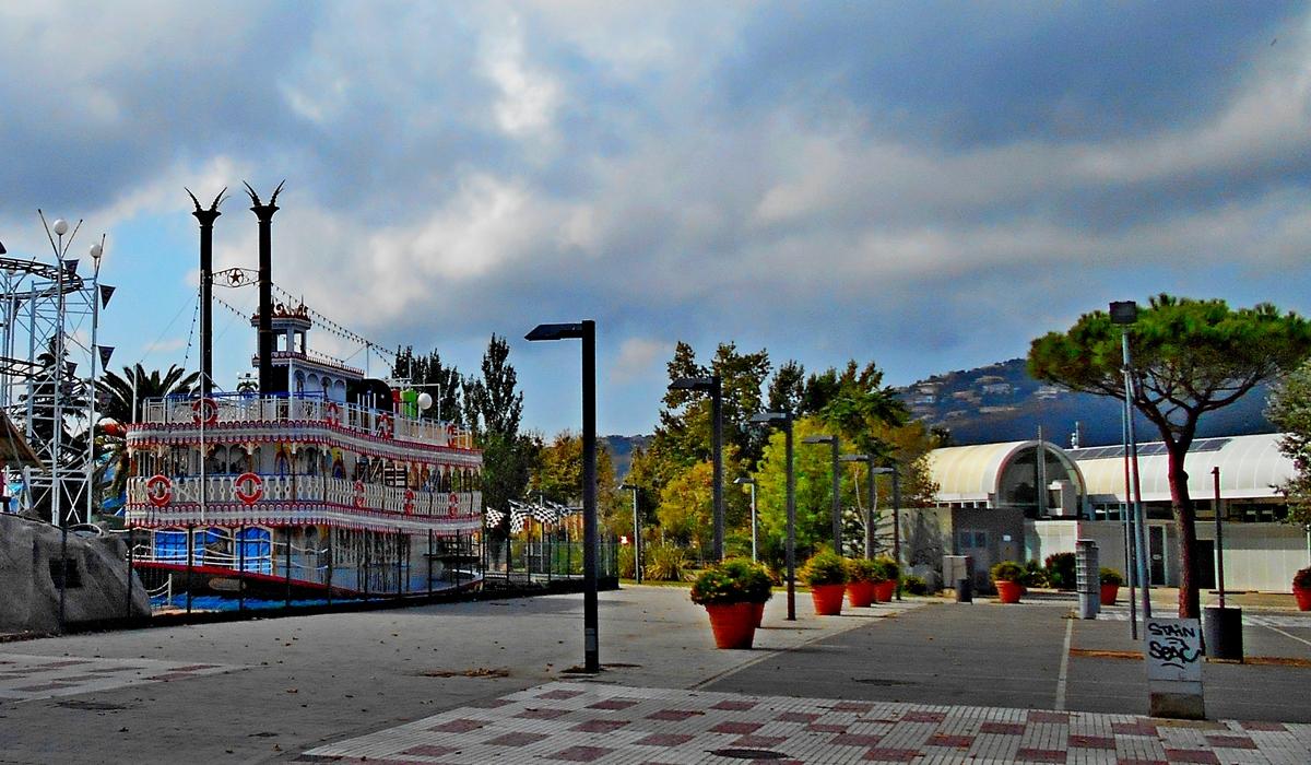 парк аттракционов и вокзал испания