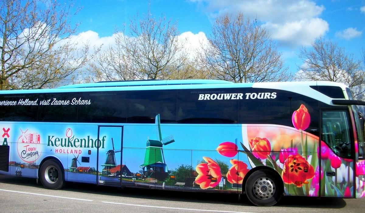 красивый туристический автобус