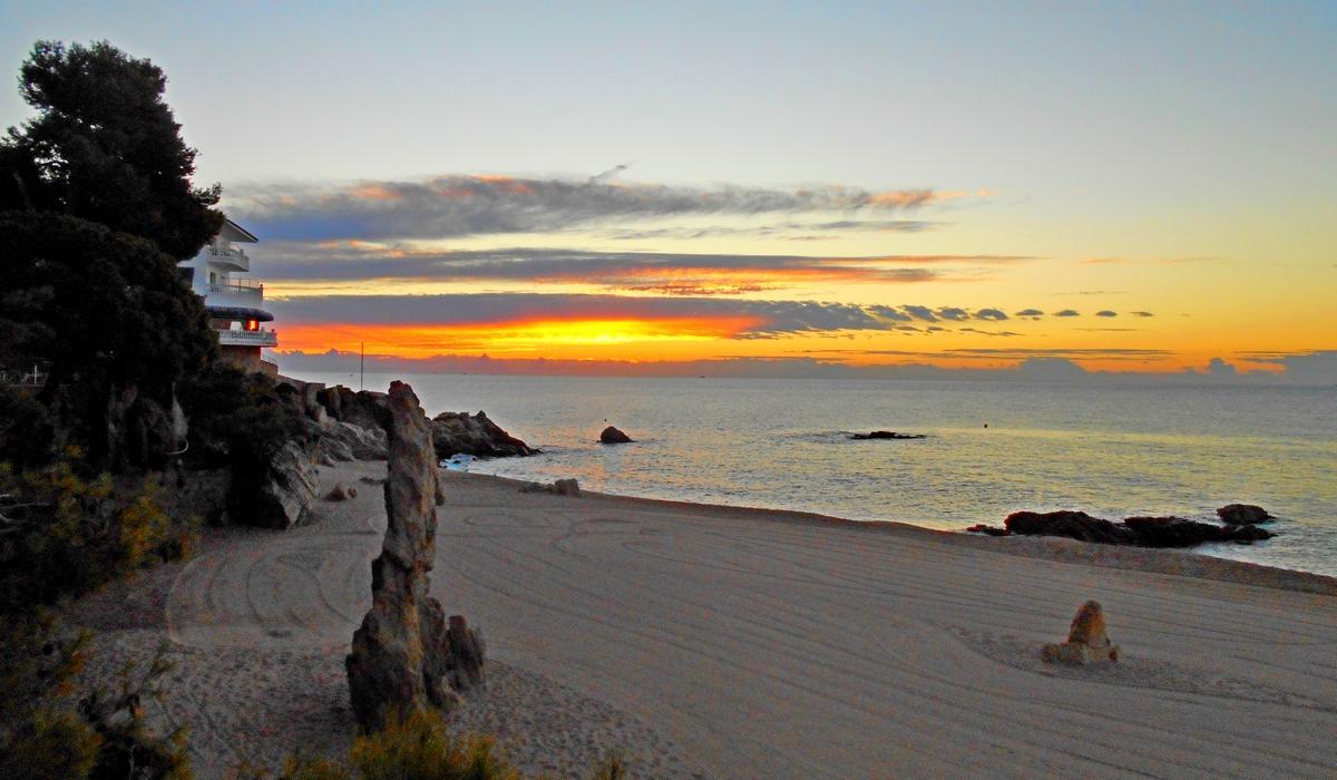 пляж на рассвете Плайя-де-Аро