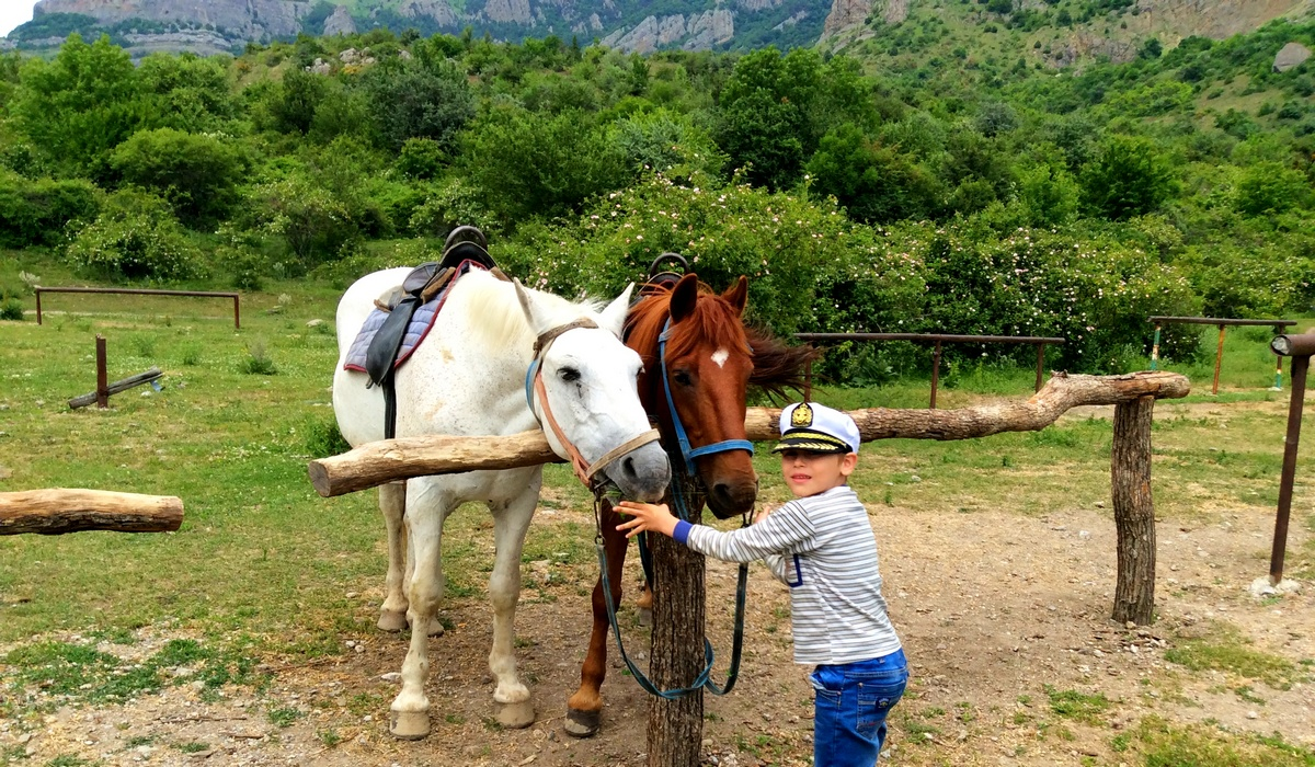 Катание на лошадях у подножия Джимерджи