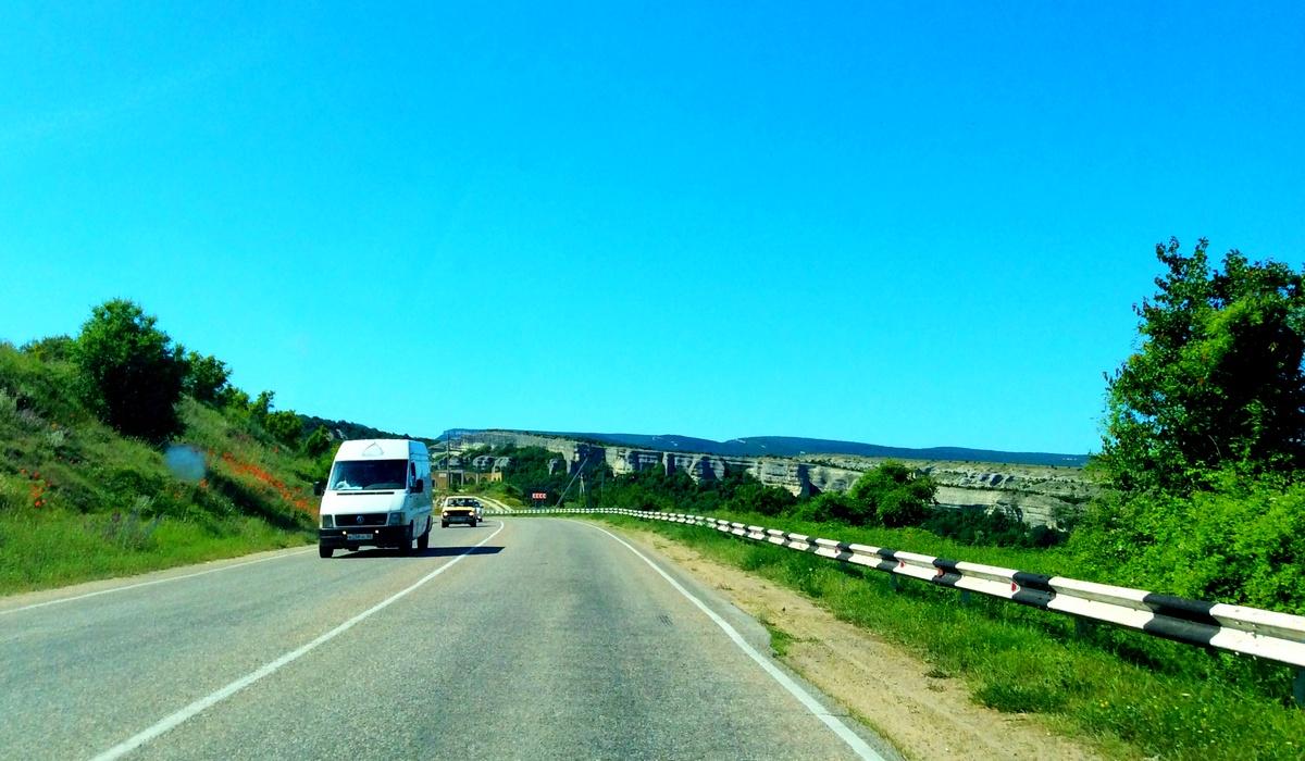 Дорога вдоль села Красный Мак