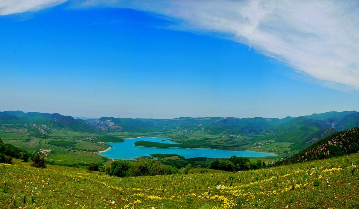 Байдарская долина окруженная горами, Крым
